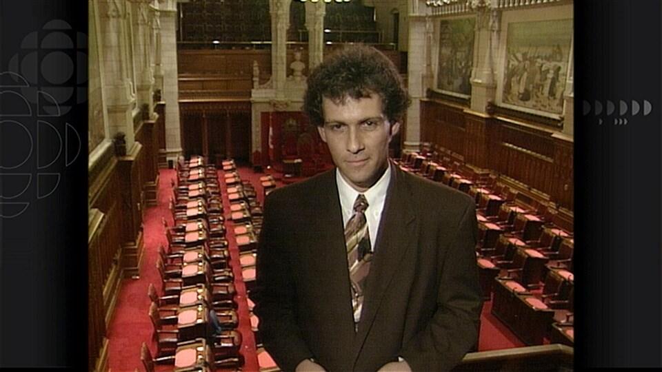 Michel Cormier devant une salle vide.