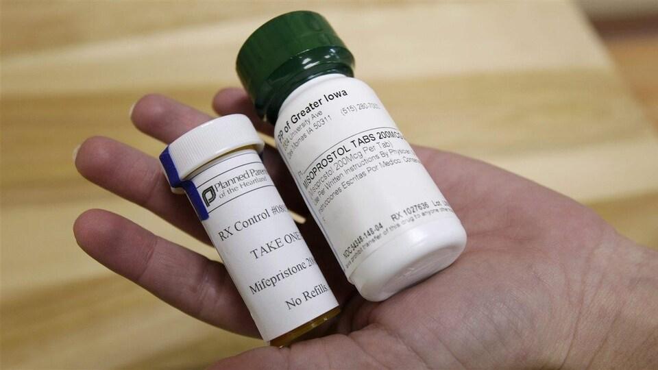 Deux bouteilles de Mifegymiso.