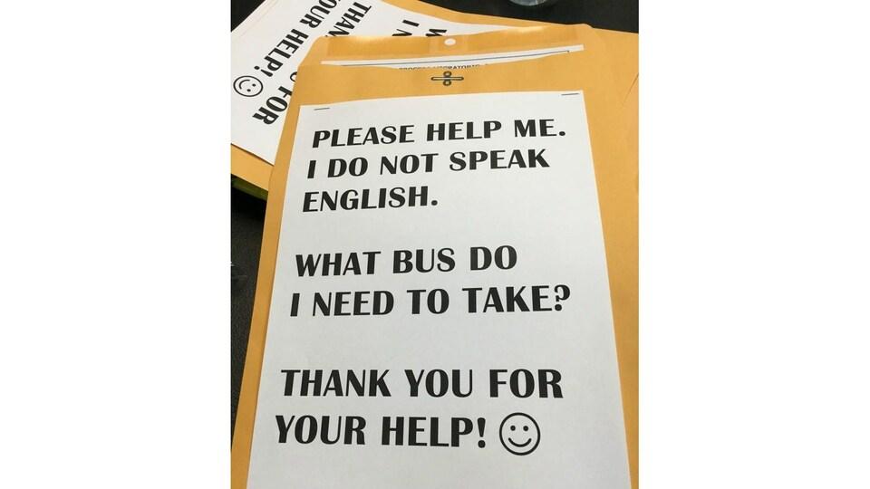 Une enveloppe avec un message de demande d'aide écrite en anglais