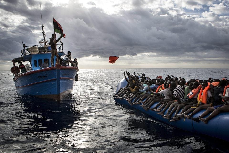 Des migrants secourus par un bateau de pêcheurs en Méditerranée.