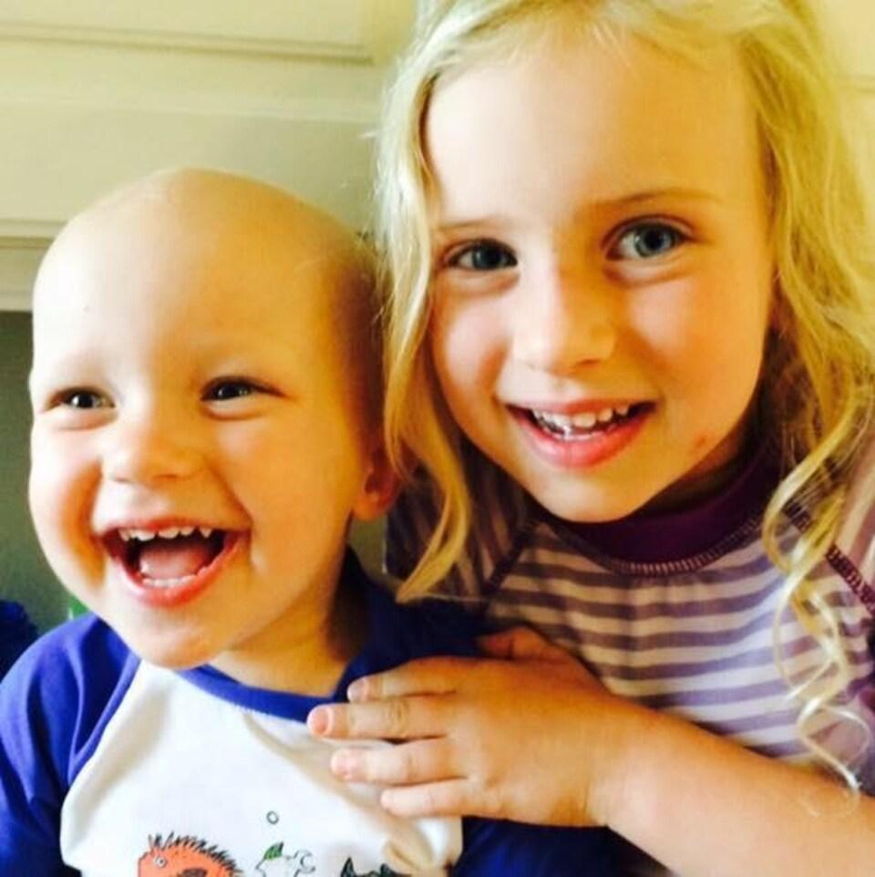 Le petit Miguire prend la pause près de sa grande soeur Kamryn
