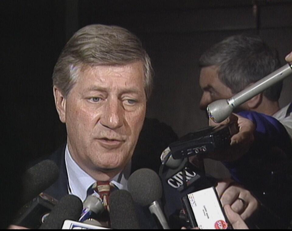Le premier ministre de l'Ontario, Mike Harris, en mêlée de presse.