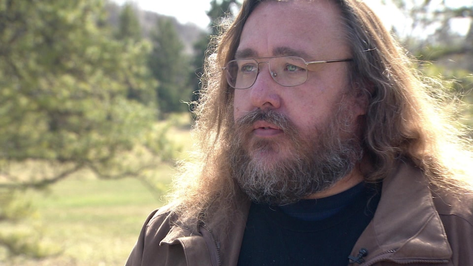 L'expert Mike Jenkins debout lors d'une entrevue.