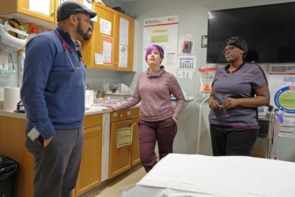 Le Dr Kirlew discute avec les infirmières Tina Thynne et Marion Kentaro au centre de soins de Wapekeka, où il se rend une fois par mois.