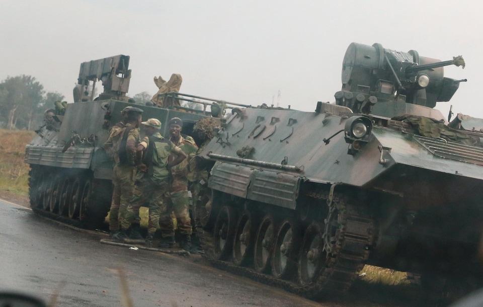 Des soldats sont à l'extérieur de véhicules militaires, près de Harare, au Zimbabwe, le 14 novembre 2017.
