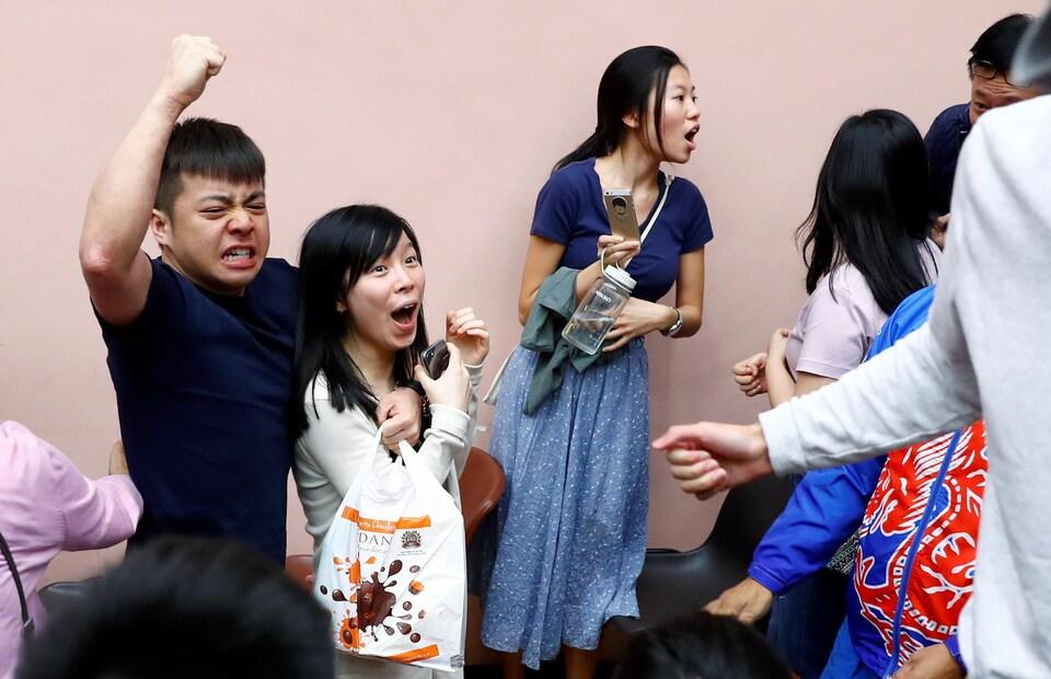 De jeunes hongkongais célèbrent