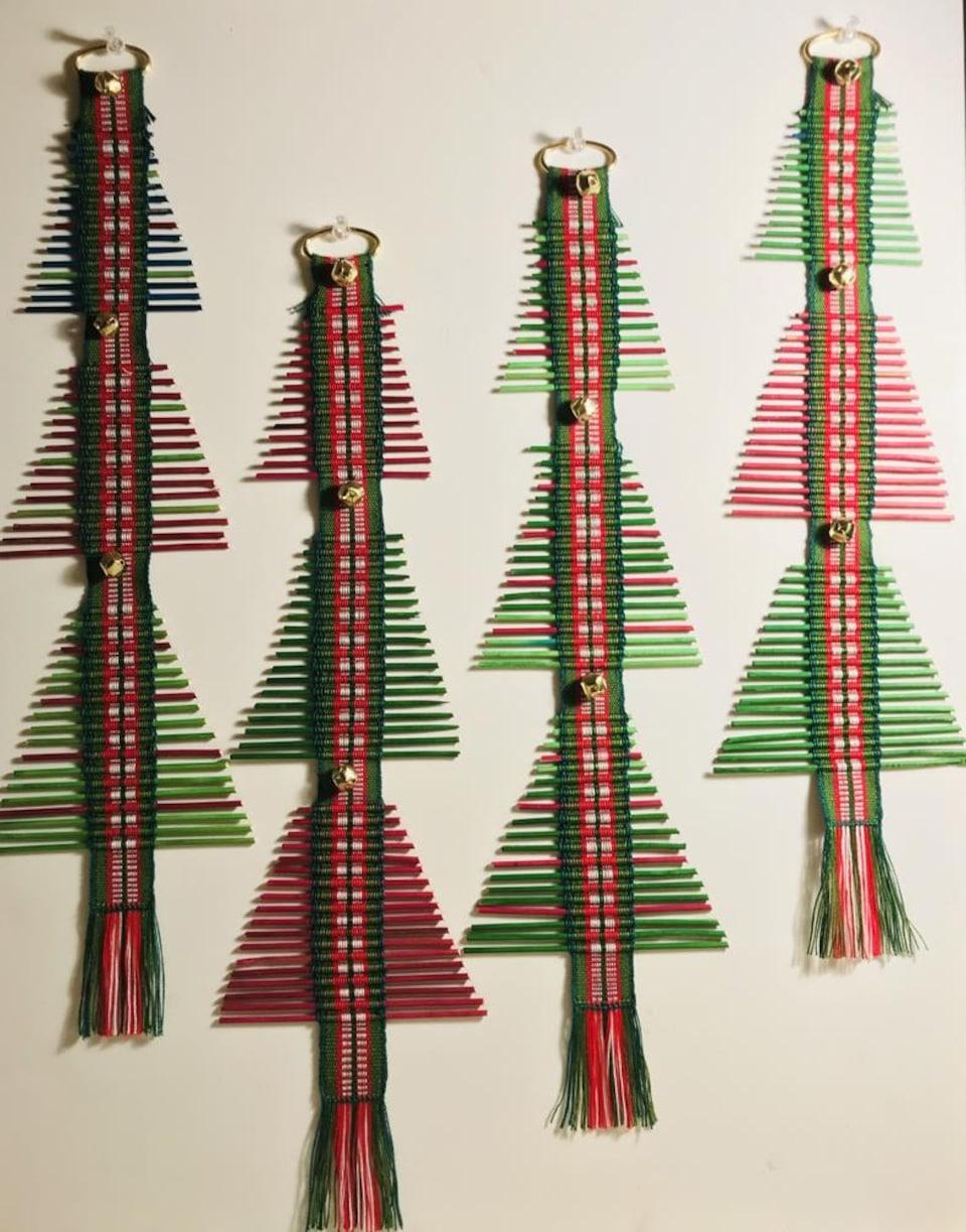 Des sapins rouges et verts de Noël tissés, en gros plan.