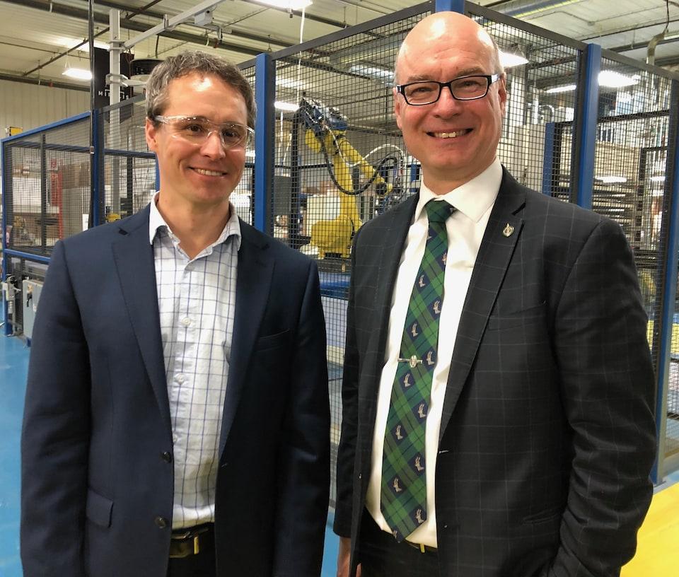 Le président-directeur général de Miralis, Daniel Drapeau, et le député fédéral Rémy Massé lors de l'annonce d'un investissement de 7,4 millions de dollars à l'usine de Saint-Anaclet-de-Lessard