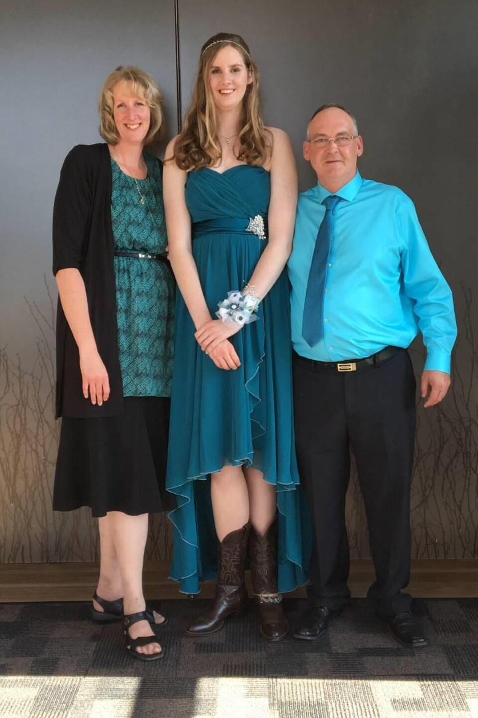 Miranda (au centre) pose avec ses parents lors de son bal des finissants.