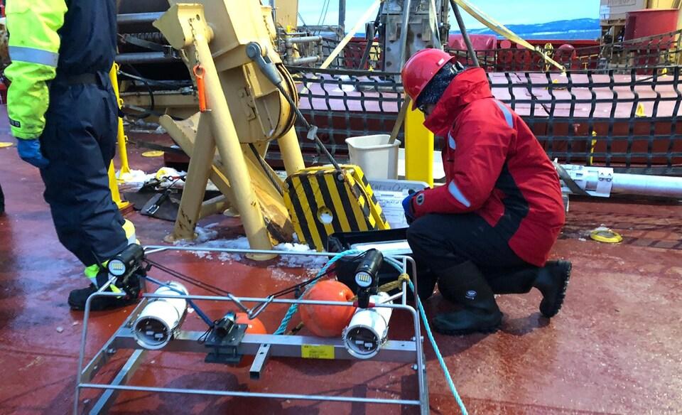 Une scientifique sur le pont du navire.