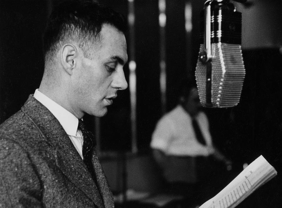 Derrière un micro, dans un studio de radio, le comédien Miville Couture.