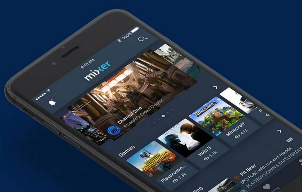 Un téléphone affiche l'interface de l'application Mixer.