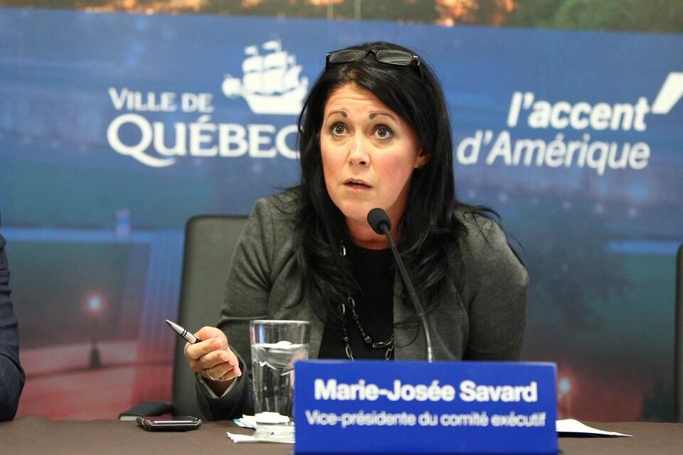 La vice-présidente du comité exécutif de la Ville de Québec Marie-Josée Savard est assise lors d'une conférence de presse.