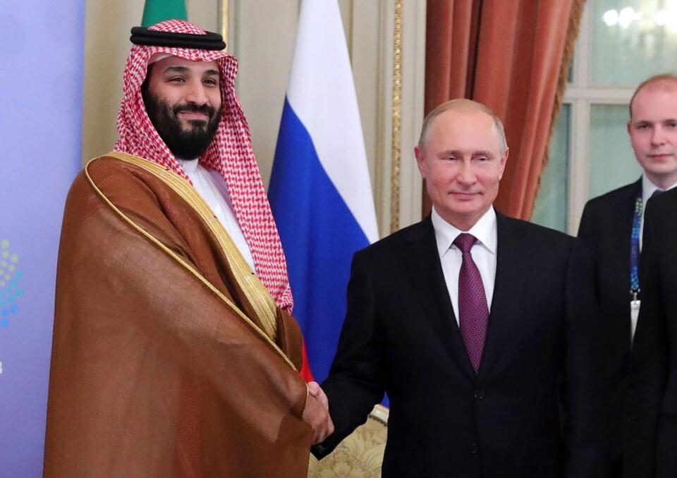Le prince héritier Mohammed ben Salmane et le président russe Valdimir Poutine se serrent la main.