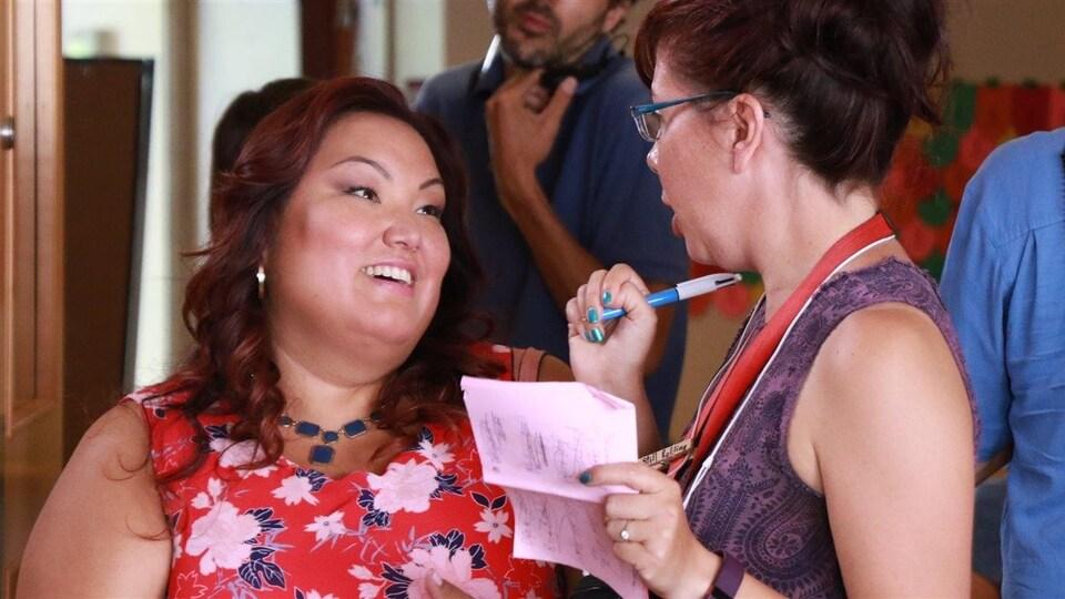 La réalisatrice Tracey Deer s'adresse à la comédienne Heather White sur le plateau de la quatrième saison de «Mohawk Girls».