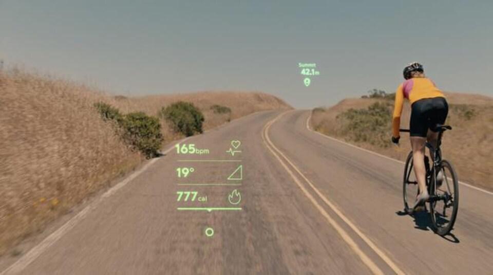Une reconstitution de ce que voit un utilisateur des verres de contact connectés de Mojo Vision. On voit des informations de santé d'un cycliste telles que le rythme cardiaque et la distance de sa destination.