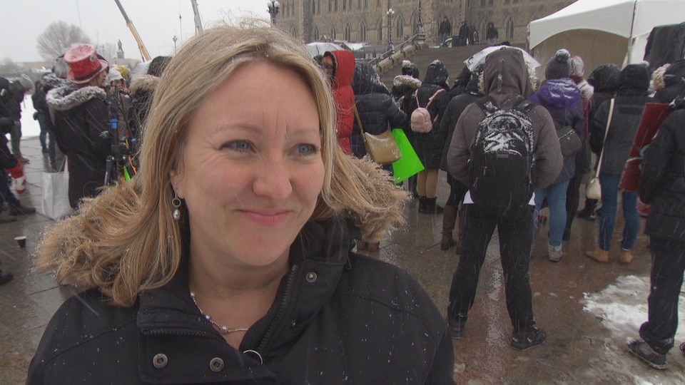 La député Mona Fortier sur la colline du Parlement, à Ottawa.