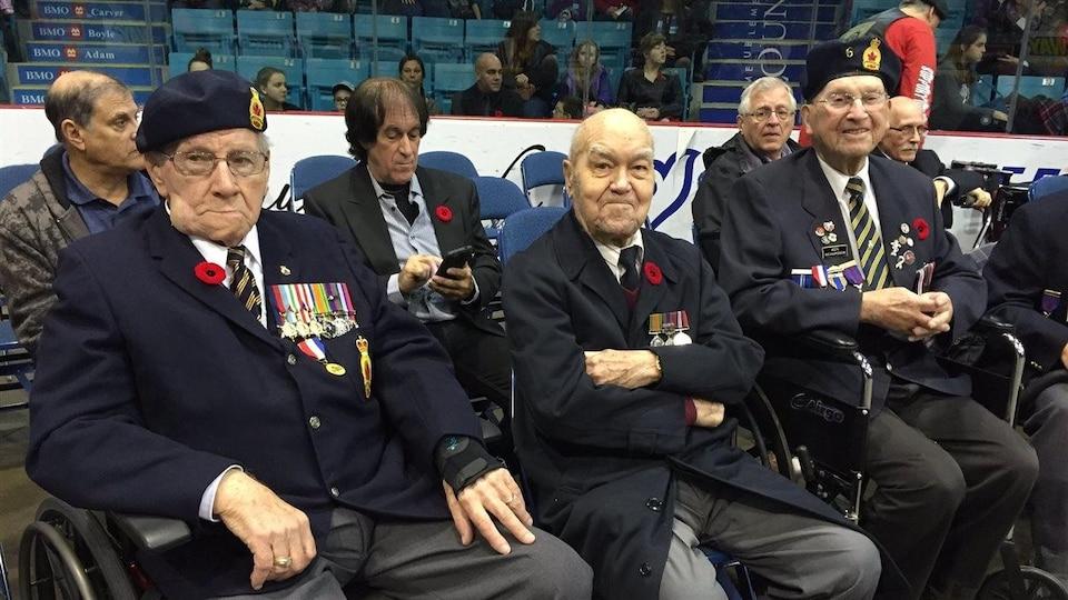 Des anciens combattants lors d'une cérémonie commémorative.