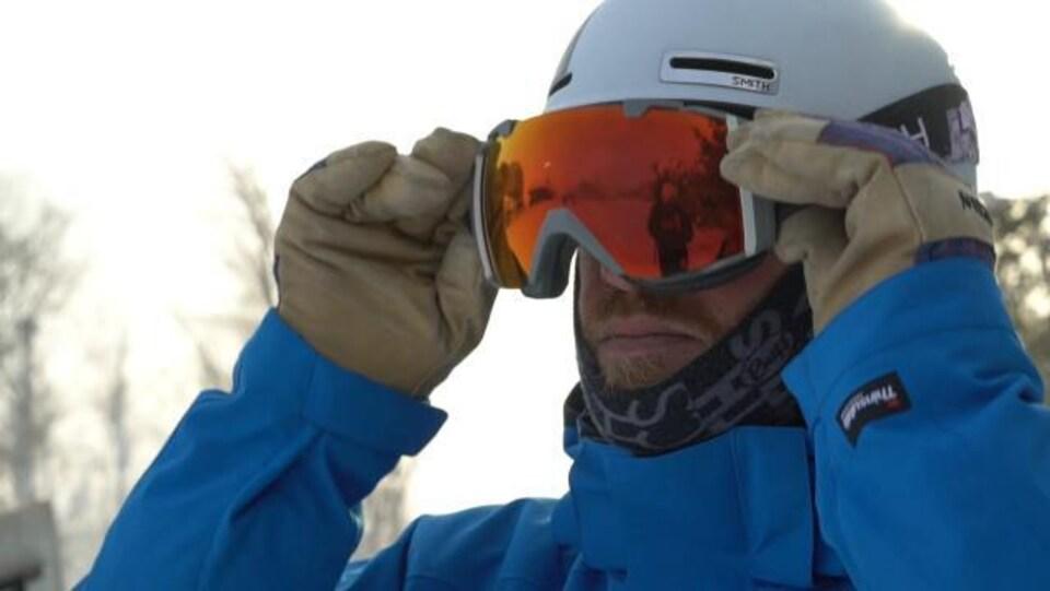 Photo d'un moniteur de ski avec son casque et ses lunettes de ski