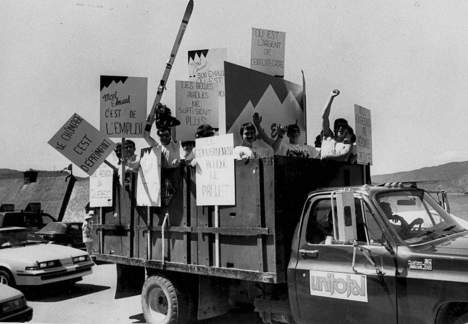 Des gens tiennent des affiches dans les mains pour demander le Mont Édouard.