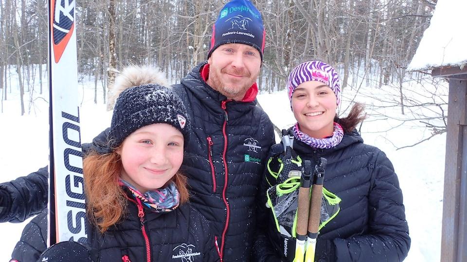 Pascal Morin et ses deux filles font partie des citoyens de Sainte-Adèle qui appuient l'achat du mont Loup-Garou par la Ville.