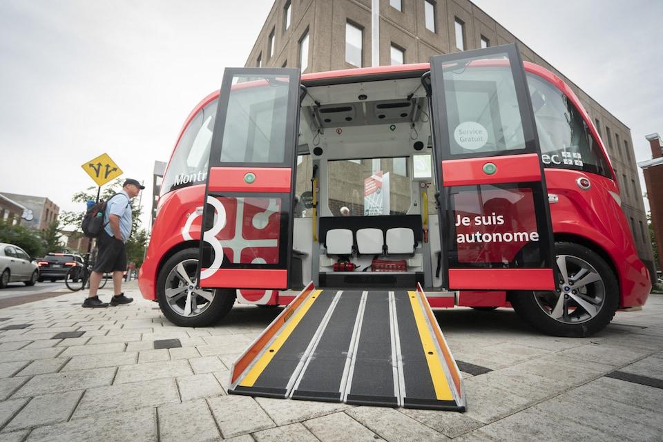 Un minibus autonome électrique.