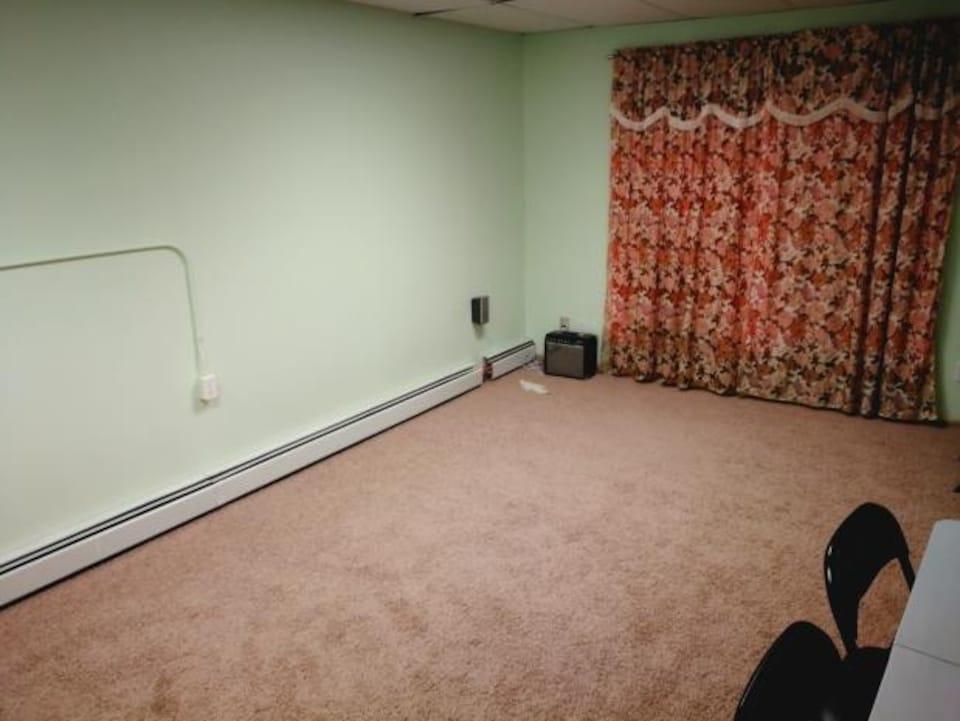 La petite salle que les musulmans utilisent pour prier est petite et loin d'être adéquate.