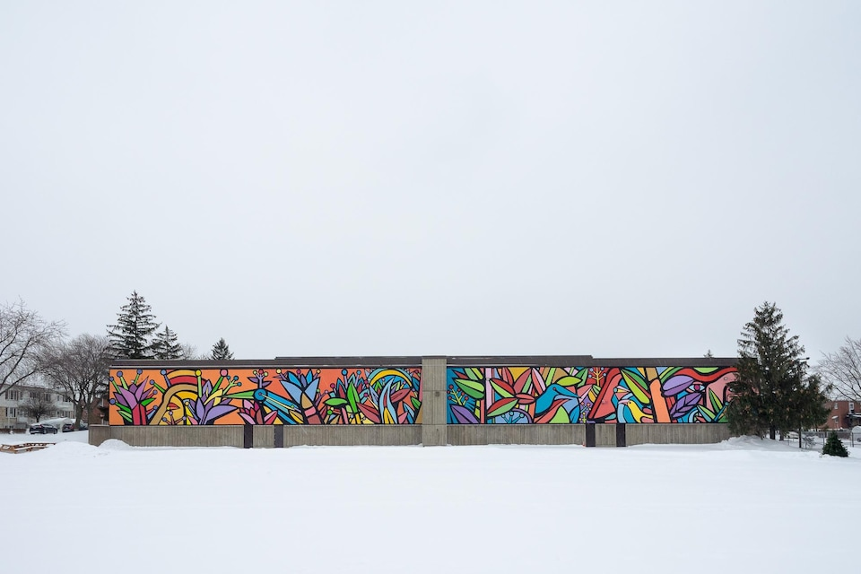 Le long d'un mur de multiples couleurs.