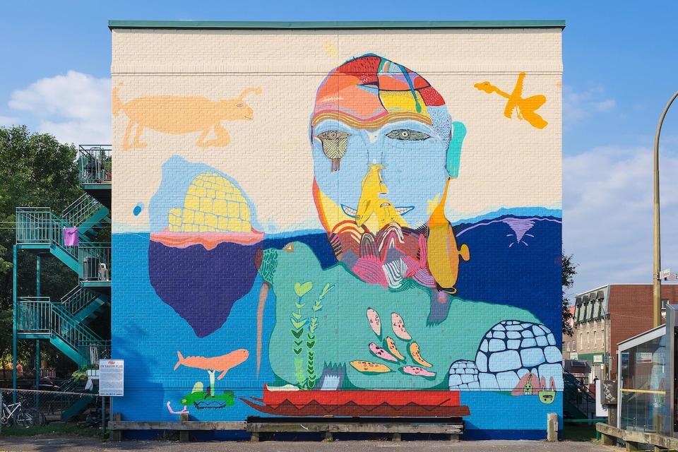 Diverses images colorées sont peintes sur le mur d'un édifice.