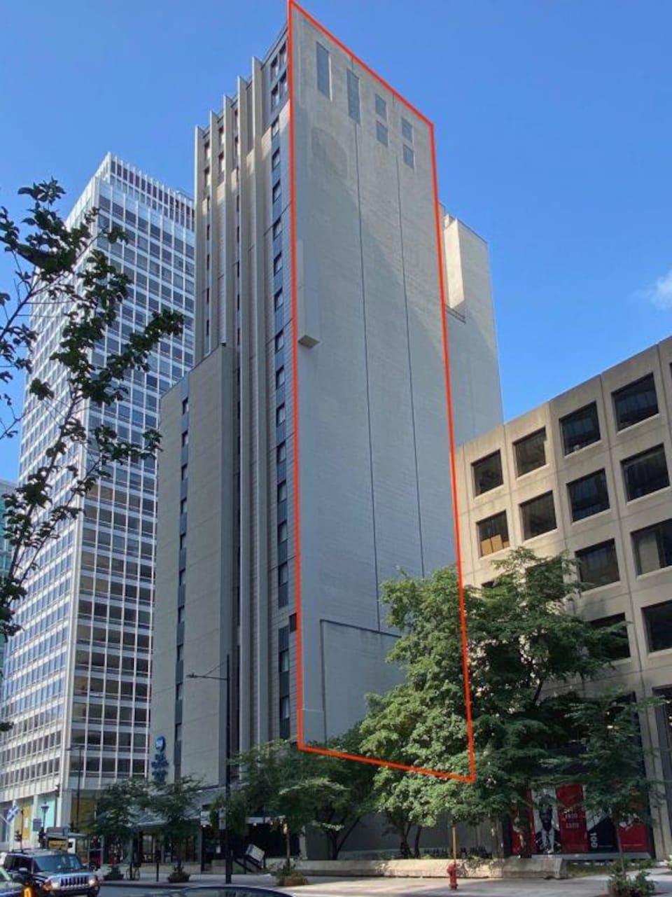 Une façade d'immeuble est mise en évidence grâce à un encadré rectangulaire rouge.