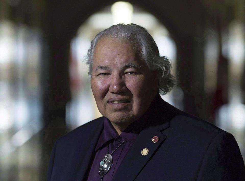 Le sénateur pose dans les corridors du parlement