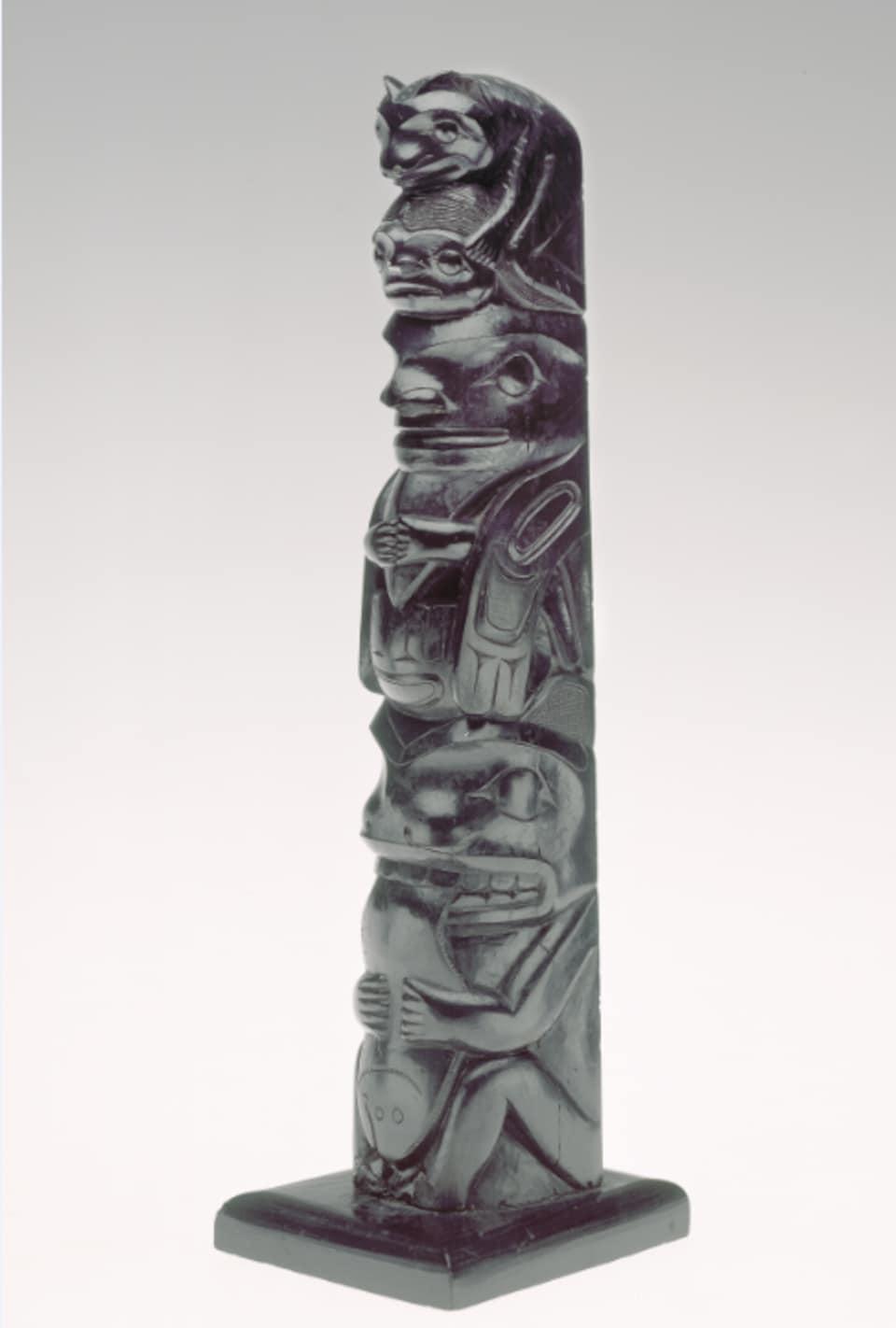 Un mât totémique miniature haïda.