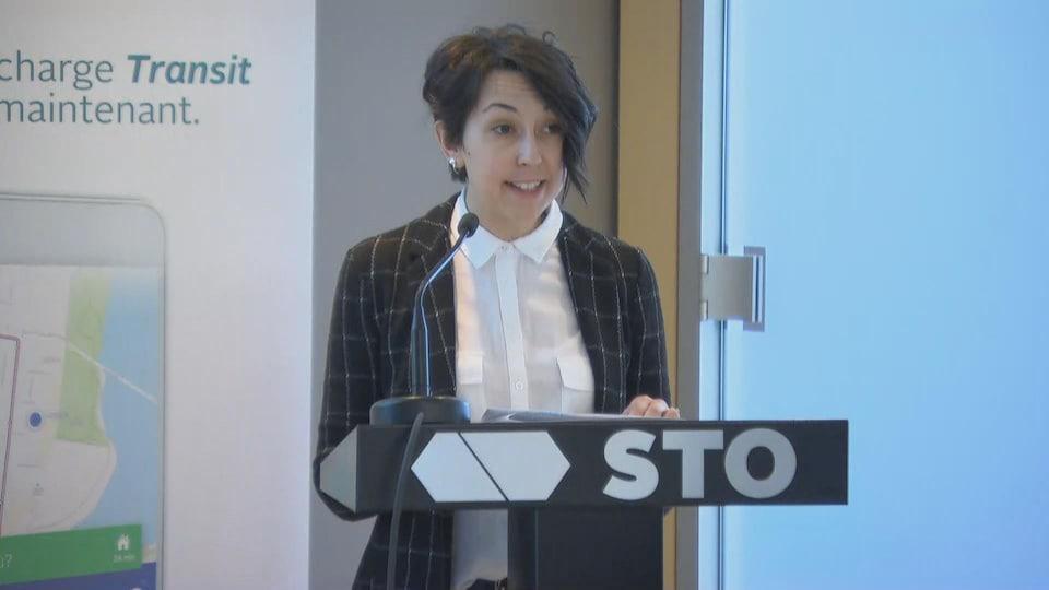 Myriam Nadeau parle au micro en conférence de presse.