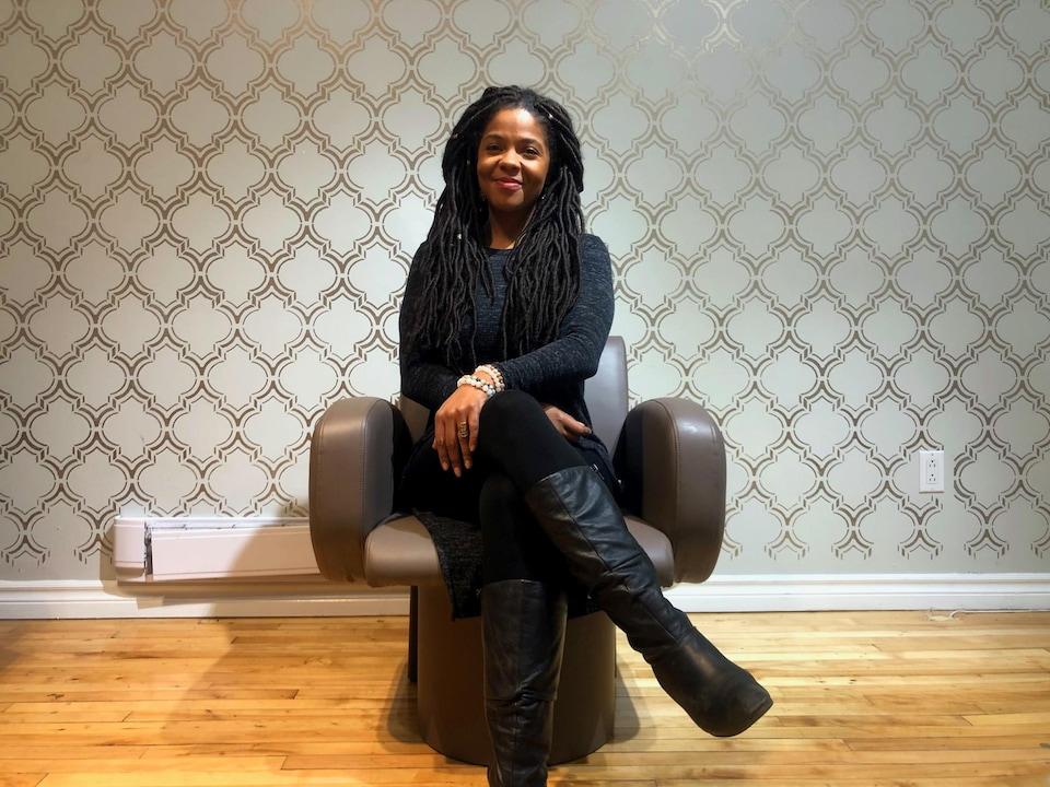 Abisara Machold-Adouco, ivoiro-autrichienne qui porte de longues tresses rastas, est une des premières à avoir ouvert un salon pour cheveux au naturel à Montréal.