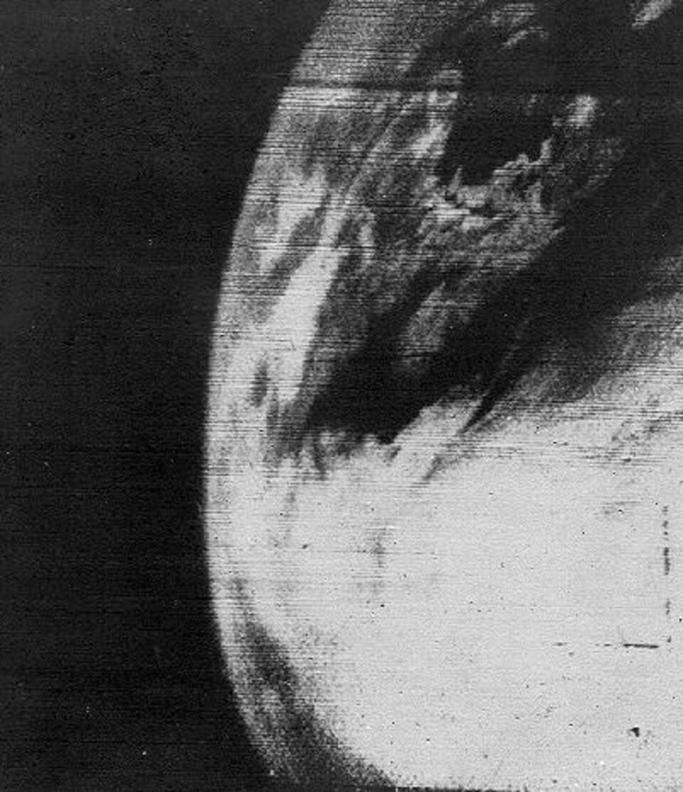 La première image télévisée en provenance de l'espace montre en noir et blanc une zone nuageuse au-dessus de l'océan Atlantique.