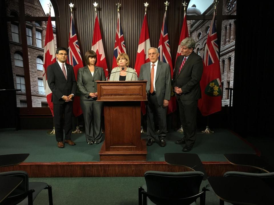 La députée parle à un podium avec à ses côtés les autres députés membres du caucus d'Ottawa des libéraux ontariens.