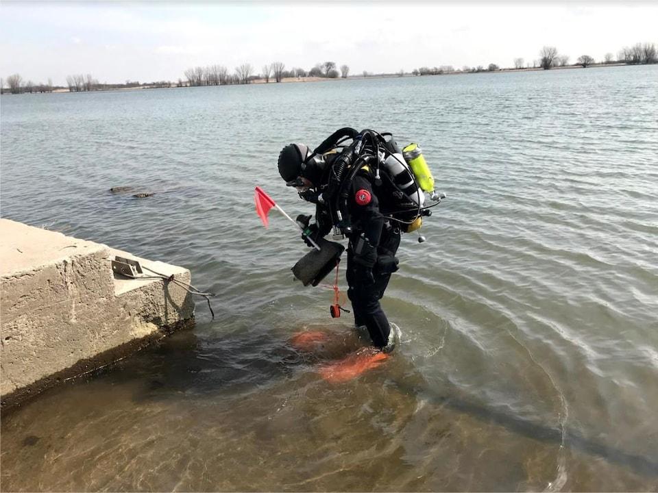 Nathalie Lasselin avec son équipement au bord du fleuve Saint-Laurent.