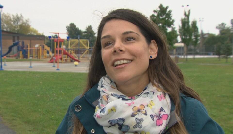 Nathalie Lemieux en entrevue dans un parc avec Radio-Canada