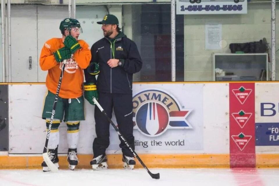 Nathan Oystrick discute avec le jeune sportif lors d'un entraînement à l'aréna Elgar Peterson.