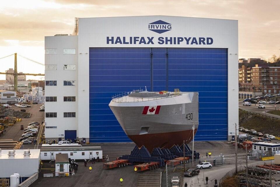 Avant du navire devant le hangar du chantier naval.