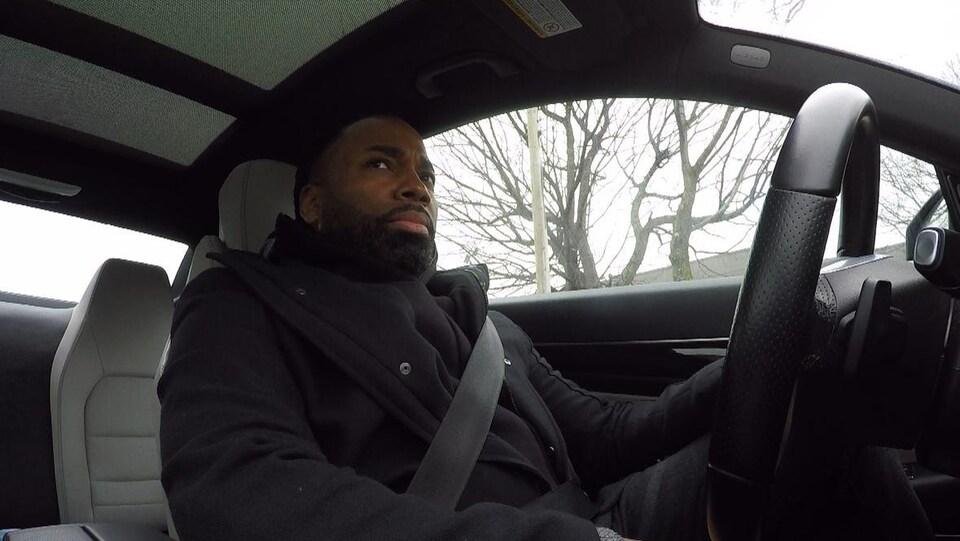 Un homme noir, Ashley Taylor, est au volant de son véhicule.