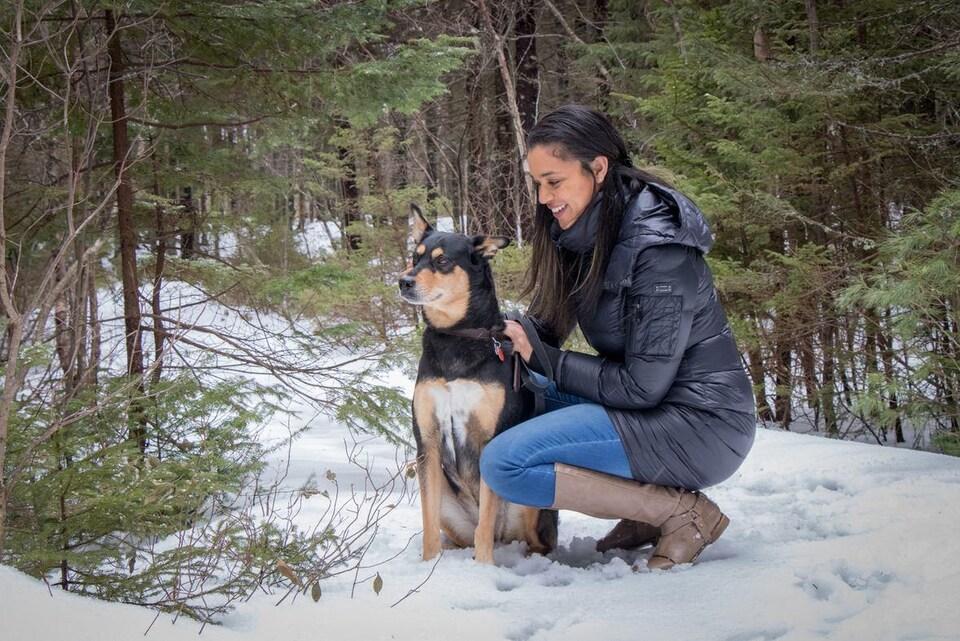 Cheyenne Jones, avec son chien, dans la forêt.