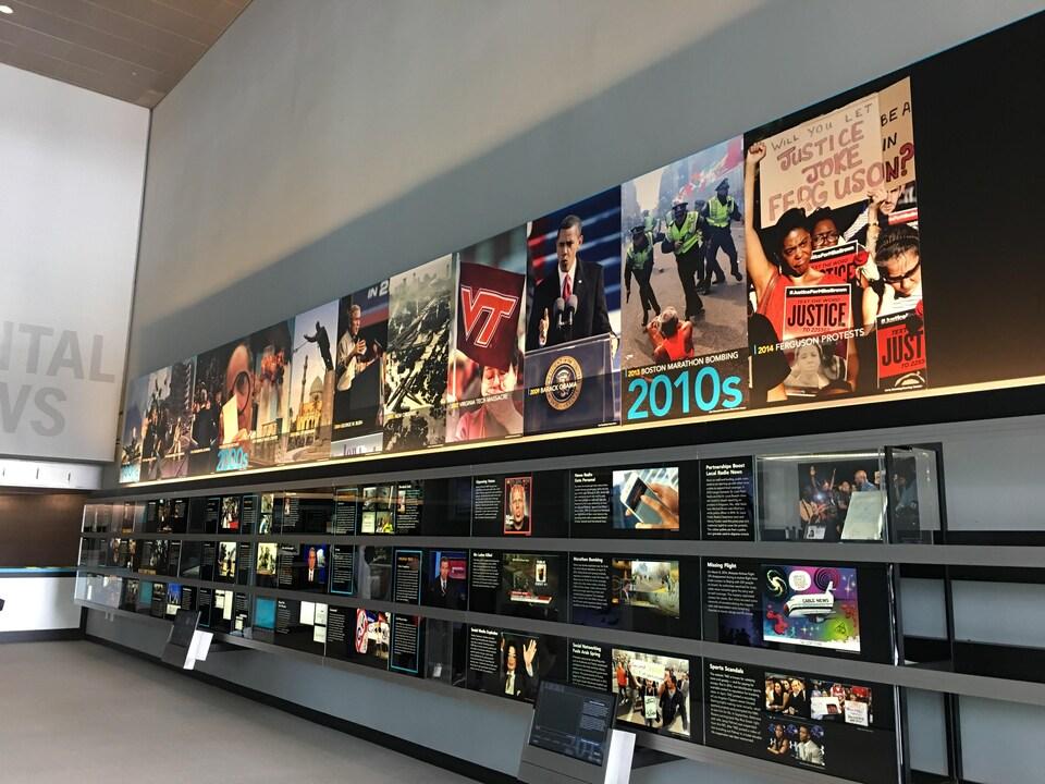 Des unes provenant de différents médias sont affichés dans le Newseum.