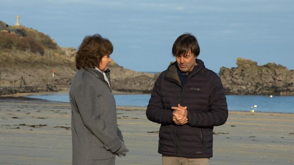 M. Hulot, sur une plage, avec Céline Galipeau.