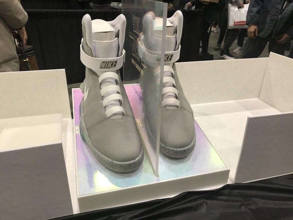 Une paire de chaussures Nike installées sur un étalage.