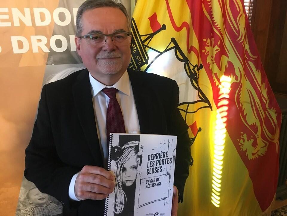 Le défenseur des enfants et de la jeunesse Noman Bossé tient son rapport «Derrière les portes closes : un cas de négligence» qu'il vient de rendre public.