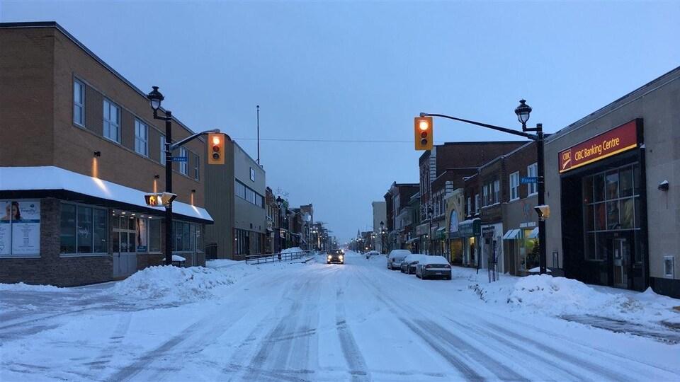 Le centre-ville de North Bay en soirée en hiver.