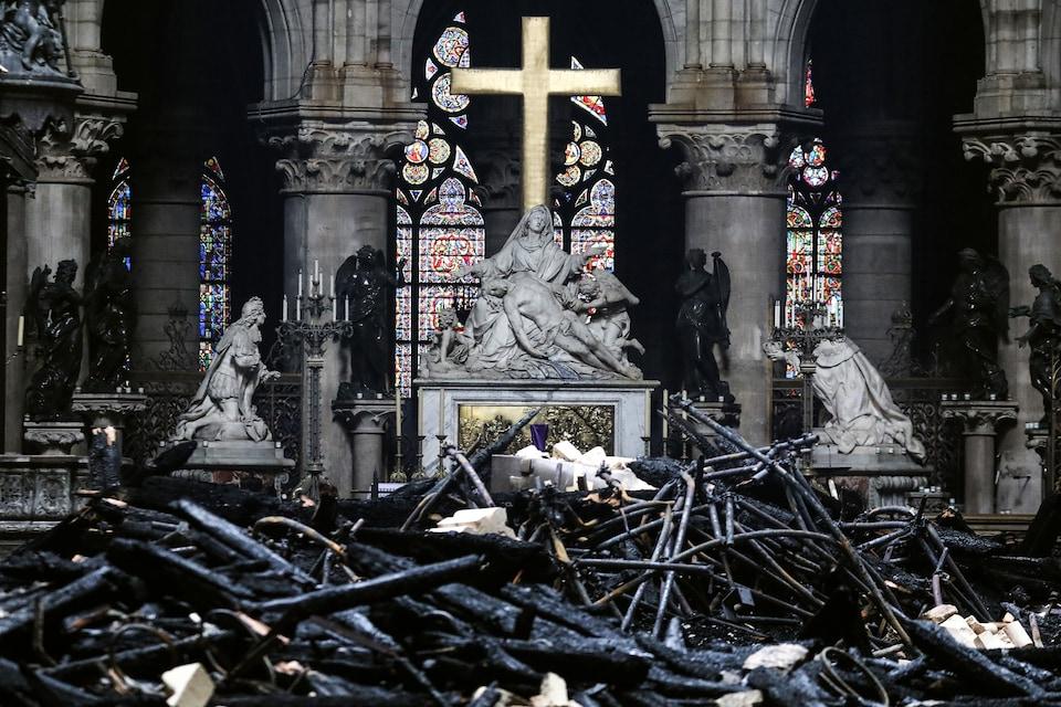 Derrière l'autel de Notre-Dame, la Pieta, qui représente la Vierge éplorée, recueillant sur ses genoux le corps du Christ descendu de la croix, a été épargnée par la chute des débris.