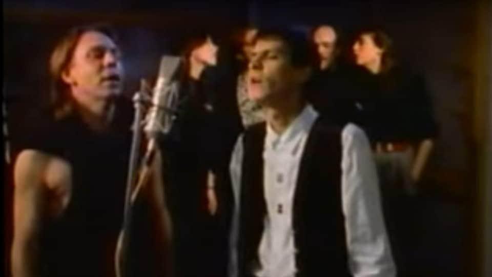 Paul Demers à droite et Robert Paquette à gauche dans la vidéo de la chanson Notre Place.