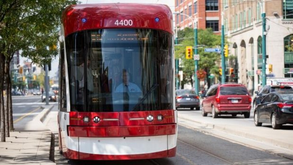 Un tramway circule sur la rue Spadina à Toronto.